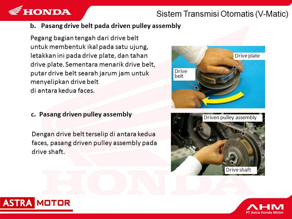 Sistem Transmisi Otomatis (V-Matic) Pegang bagian tengah dari drive belt untuk membentuk ikal pada satu ujung, letakkan ini pada drive plate, dan tahan drive plate.