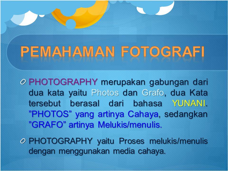"""PHOTOGRAPHY merupakan gabungan dari dua kata yaitu Photos dan Grafo, dua Kata tersebut berasal dari bahasa YUNANI. """"PHOTOS"""" yang artinya Cahaya, sedan"""