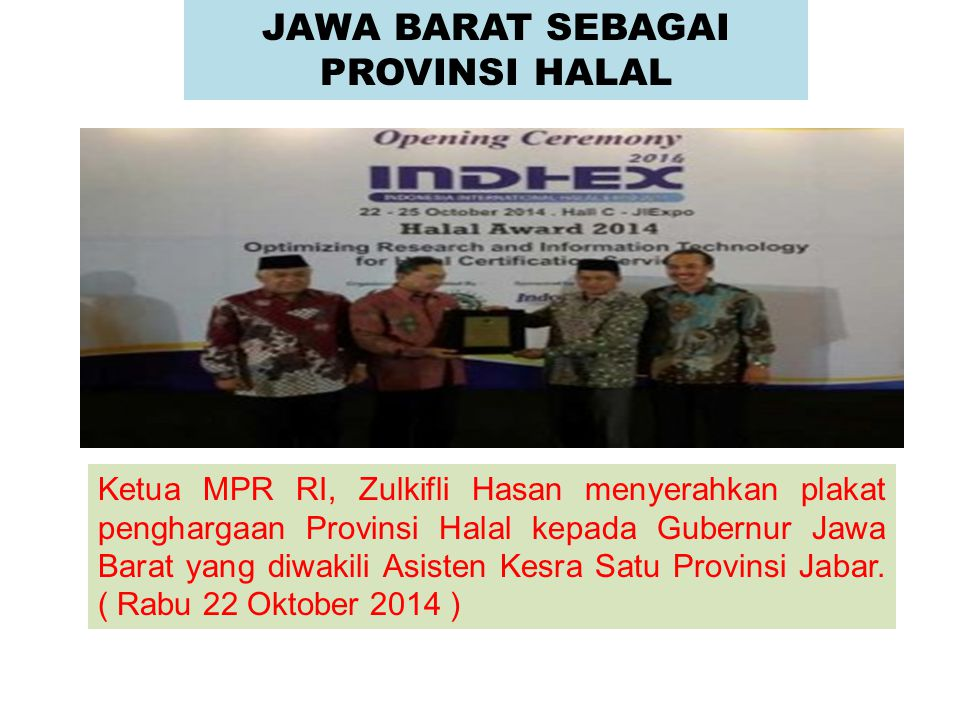 Ketua MPR RI, Zulkifli Hasan menyerahkan plakat penghargaan Provinsi Halal kepada Gubernur Jawa Barat yang diwakili Asisten Kesra Satu Provinsi Jabar.