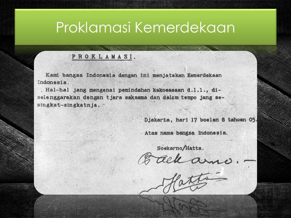Berdasarkan sifat kesatuan antara Pembukaan UUD 1945 dengan Proklamasi Kemerdekaan 17 Agustus 1945, maka sifat hubungan antara Pembukaan dengan Proklamasi adalah sebagai berikut: Pertama, memberikan penjetasan terhadap dilaksanakannya Proklamasi pada tanggal 17 Agustus 1945, yaitu menegakkan hak kodrat dan hak moral dari setiap bangsa akan kemerdekaan, dan demi inilah maka Bangsa Indonesia berjuang terus menerus sampai bangsa Indonesia mencapai pintu gerbang kemerdekaan (Bagian pertama dan kedua Pembukaan).