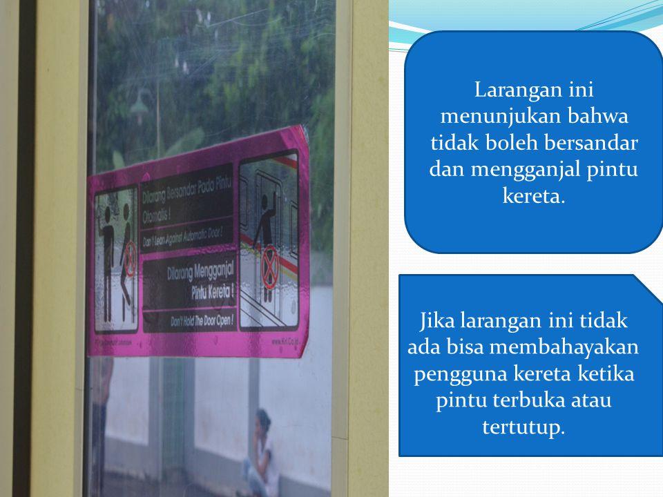 Peringatan ini menunjukan bahwa penumpang kereta yang akan naik harus mendahulukan penumpang yang akan turun.