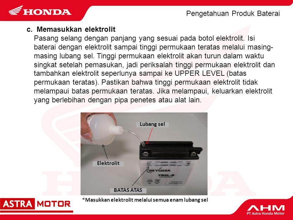 Pengetahuan Produk Baterai c. Memasukkan elektrolit Pasang selang dengan panjang yang sesuai pada botol elektrolit. Isi baterai dengan elektrolit samp