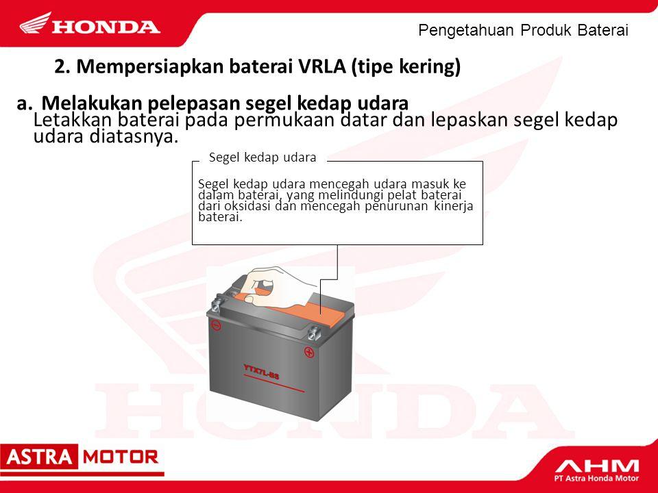 Pengetahuan Produk Baterai 2. Mempersiapkan baterai VRLA (tipe kering) a.Melakukan pelepasan segel kedap udara Letakkan baterai pada permukaan datar d