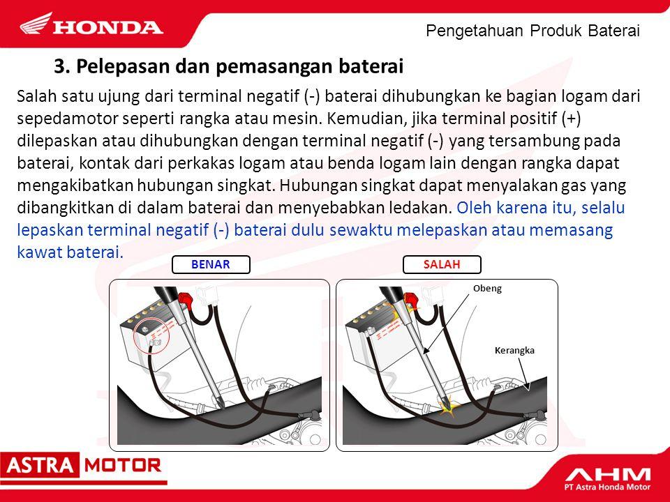 Pengetahuan Produk Baterai 3. Pelepasan dan pemasangan baterai Salah satu ujung dari terminal negatif (-) baterai dihubungkan ke bagian logam dari sep