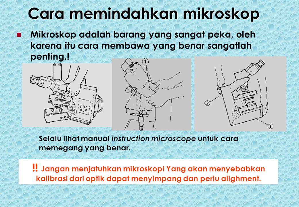 Cara memindahkan mikroskop Mikroskop adalah barang yang sangat peka, oleh karena itu cara membawa yang benar sangatlah penting..