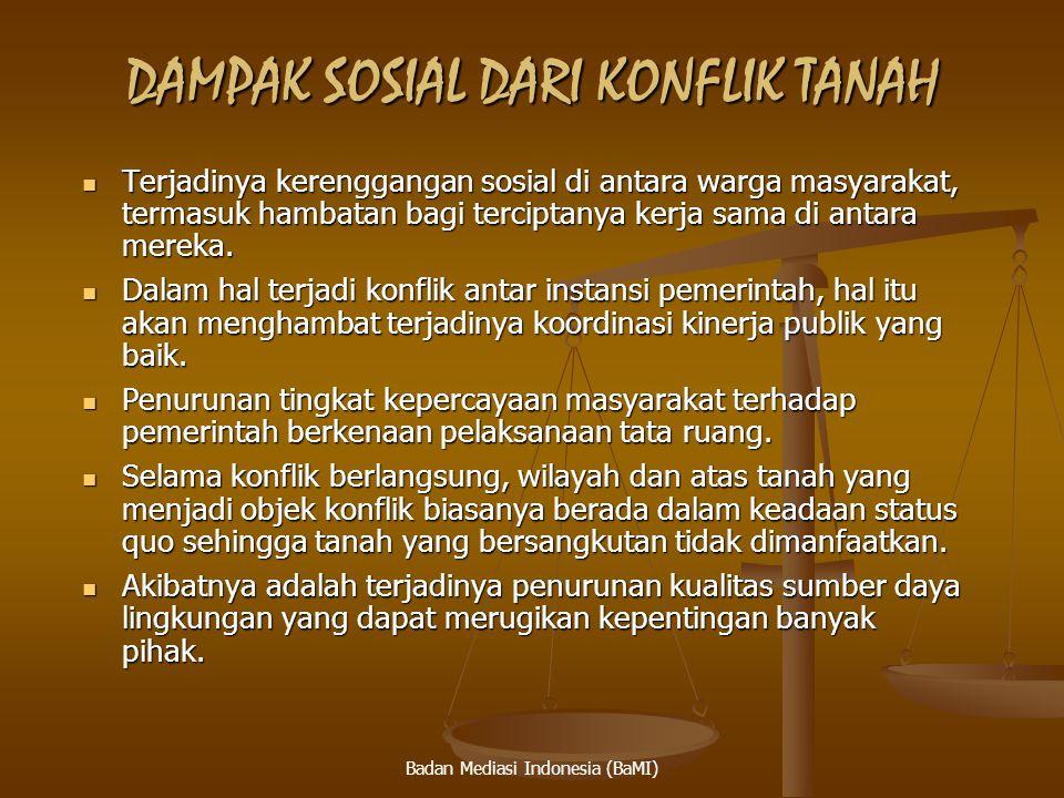 Badan Mediasi Indonesia (BaMI) SENGKETA INFORMASI PUBLIK OLEH KOMISI INFORMASI UU No 14 Th 2008 Tujuan UU Keterbukaan Informasi Publik a.l untuk mendorong partisipasi masyarakat dalam proses mengambilan kebijakan publik Tujuan UU Keterbukaan Informasi Publik a.l untuk mendorong partisipasi masyarakat dalam proses mengambilan kebijakan publik Mengetahui alasan kebijakan publik yang mempengaruhi hajat hidup orang banyak Mengetahui alasan kebijakan publik yang mempengaruhi hajat hidup orang banyak Penyelesaian sengketa Informasi Publik melalui Mediasi/ajudikasi non litigasi dilakukan oleh Komisi Informasi yang berfungsi memberikan petunjuk teknis standar layanan Informasi Publik Penyelesaian sengketa Informasi Publik melalui Mediasi/ajudikasi non litigasi dilakukan oleh Komisi Informasi yang berfungsi memberikan petunjuk teknis standar layanan Informasi Publik Salah satu atau para pihak yang tidak menerima putusan Komisi Informasi dapat mengajukan keberatan secara tertulis ke pengadilan tempat kedudukan Badan Publik dalam tenggang waktu 14 hari setelah diterima salinan putusan Komisi Informasi ( PERMA No 2 Tahun 2011) Salah satu atau para pihak yang tidak menerima putusan Komisi Informasi dapat mengajukan keberatan secara tertulis ke pengadilan tempat kedudukan Badan Publik dalam tenggang waktu 14 hari setelah diterima salinan putusan Komisi Informasi ( PERMA No 2 Tahun 2011) PN atau Pengadilan TUN berwenang untuk mengadili sengketa yg diaju kan keberatan oleh Badan Publik selain Badan Publik Negara dan atau Pemohon Informasi yang meminta informasi kepada Badan Publik selain Badan Publik Negara PN atau Pengadilan TUN berwenang untuk mengadili sengketa yg diaju kan keberatan oleh Badan Publik selain Badan Publik Negara dan atau Pemohon Informasi yang meminta informasi kepada Badan Publik selain Badan Publik Negara 34