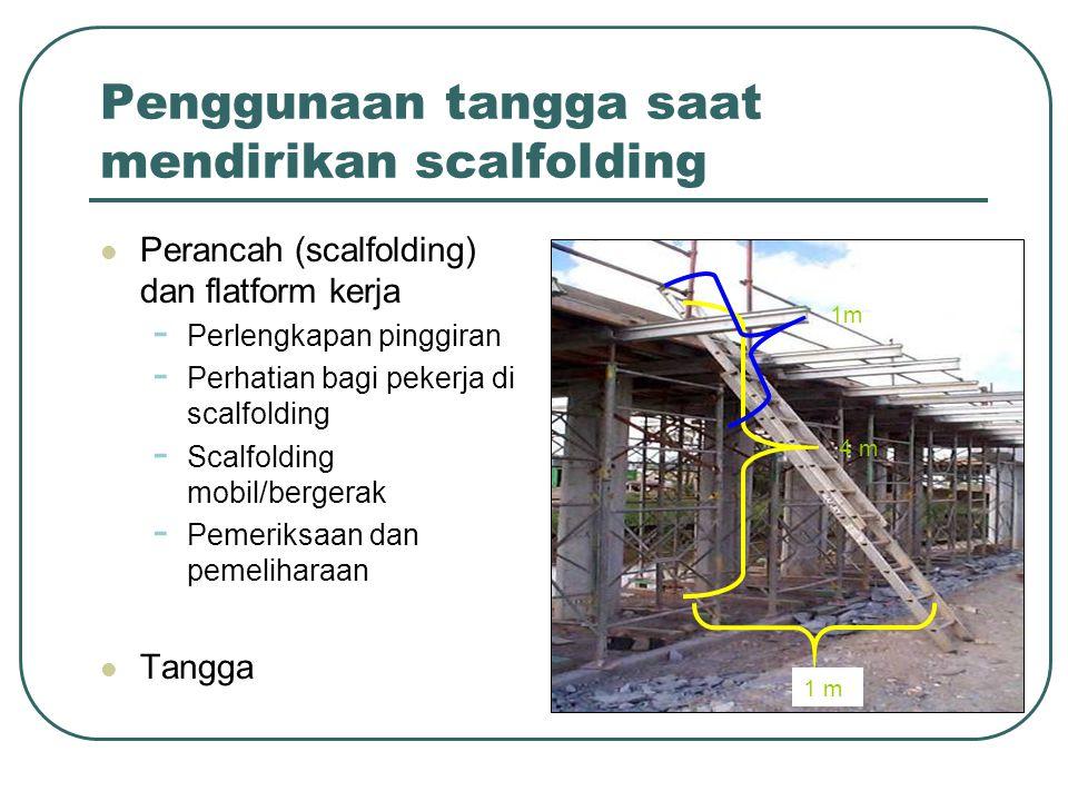 Penggunaan tangga saat mendirikan scalfolding Perancah (scalfolding) dan flatform kerja - Perlengkapan pinggiran - Perhatian bagi pekerja di scalfoldi