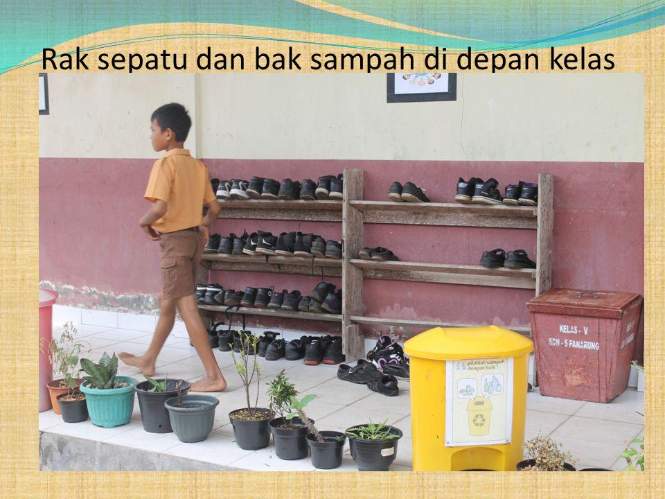 Rak sepatu dan bak sampah di depan kelas