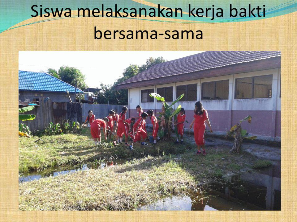 Siswa melaksanakan kerja bakti bersama-sama
