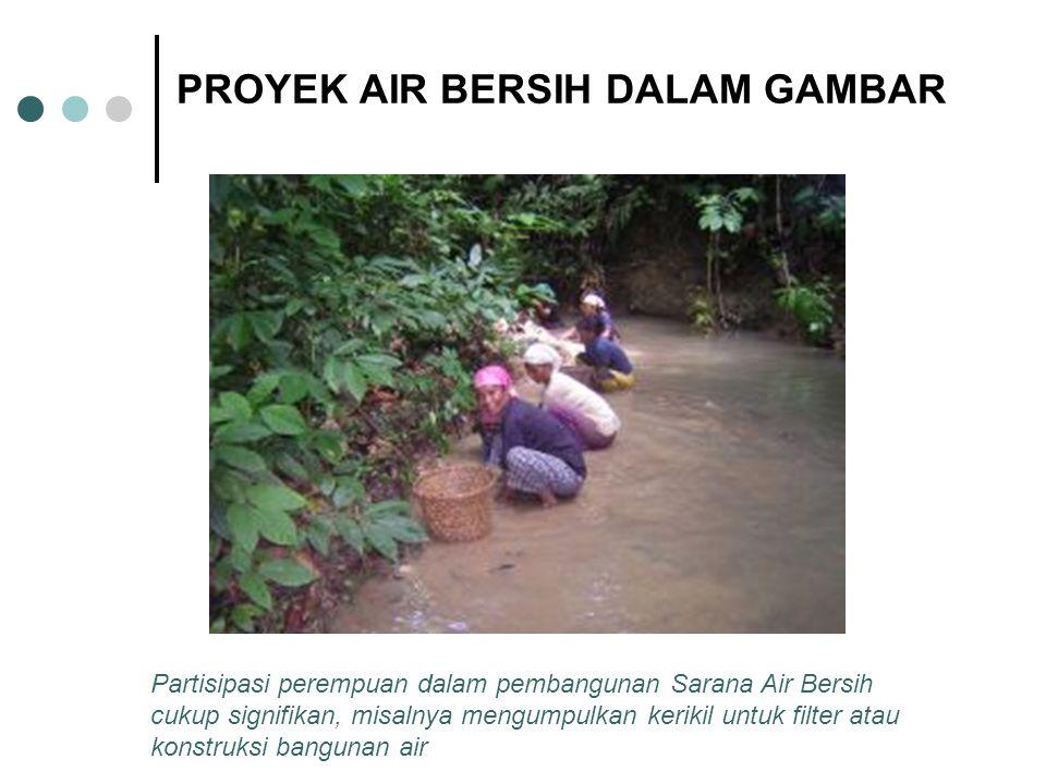 PROYEK AIR BERSIH DALAM GAMBAR Partisipasi perempuan dalam pembangunan Sarana Air Bersih cukup signifikan, misalnya mengumpulkan kerikil untuk filter atau konstruksi bangunan air