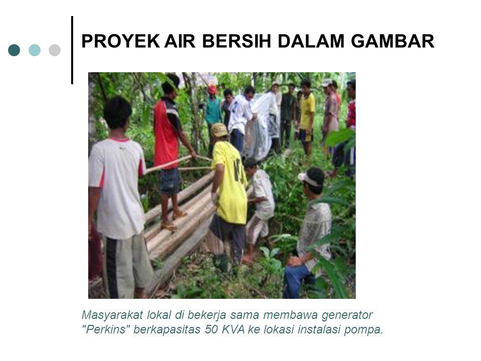 Masyarakat lokal di bekerja sama membawa generator