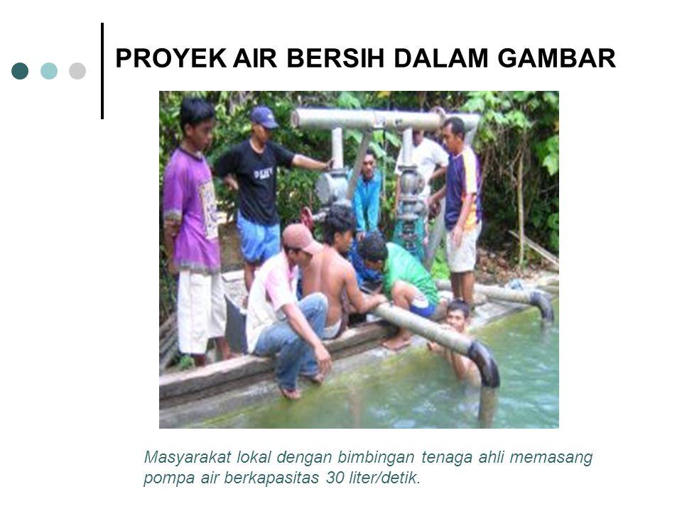 Masyarakat lokal dengan bimbingan tenaga ahli memasang pompa air berkapasitas 30 liter/detik. PROYEK AIR BERSIH DALAM GAMBAR