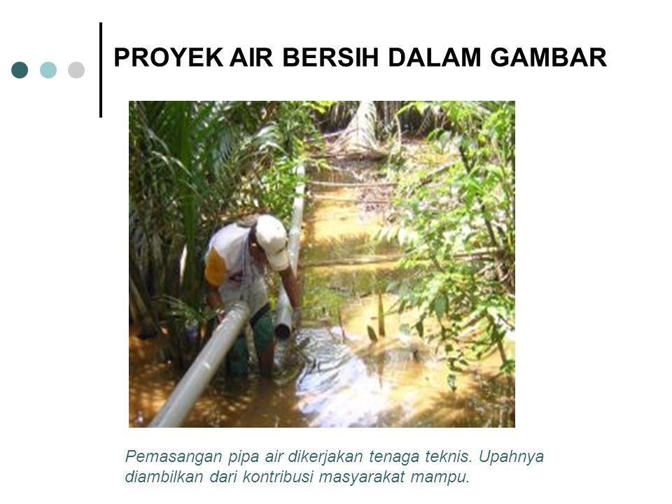 Pemasangan pipa air dikerjakan tenaga teknis. Upahnya diambilkan dari kontribusi masyarakat mampu. PROYEK AIR BERSIH DALAM GAMBAR