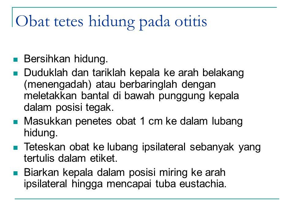 Obat tetes hidung pada otitis Bersihkan hidung. Duduklah dan tariklah kepala ke arah belakang (menengadah) atau berbaringlah dengan meletakkan bantal