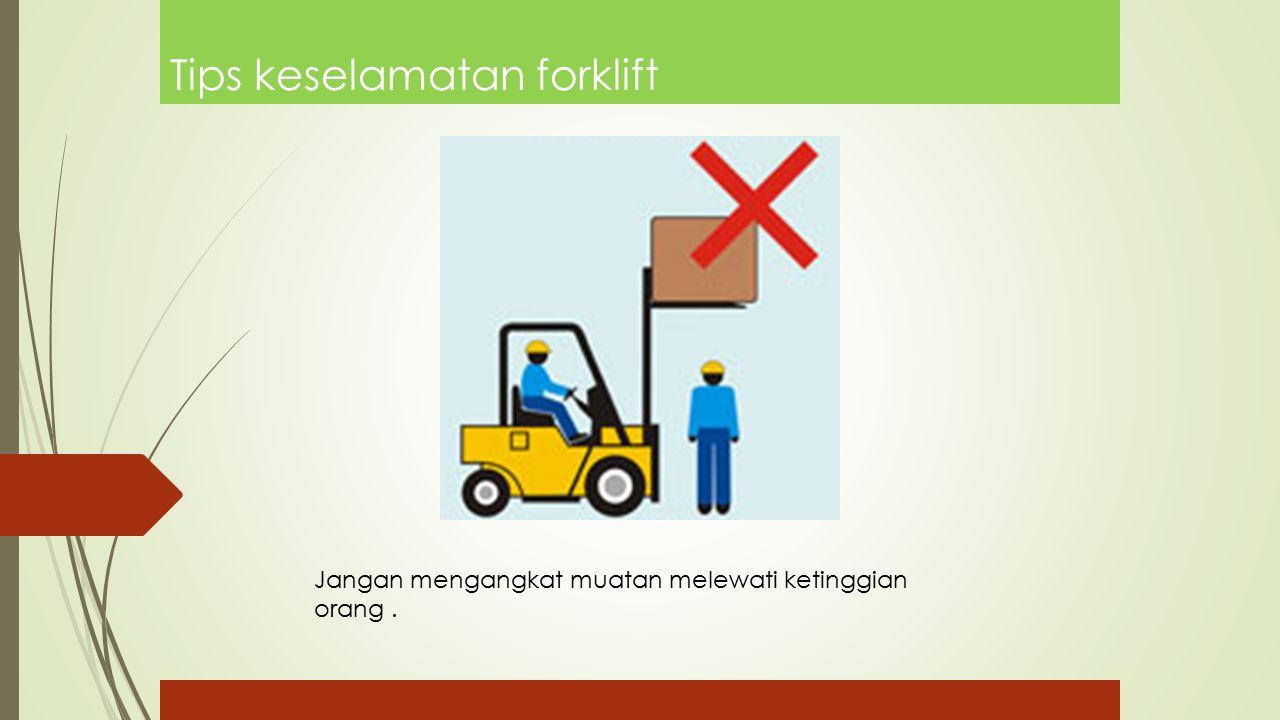 Tips keselamatan forklift Jangan mengangkat muatan melewati ketinggian orang.