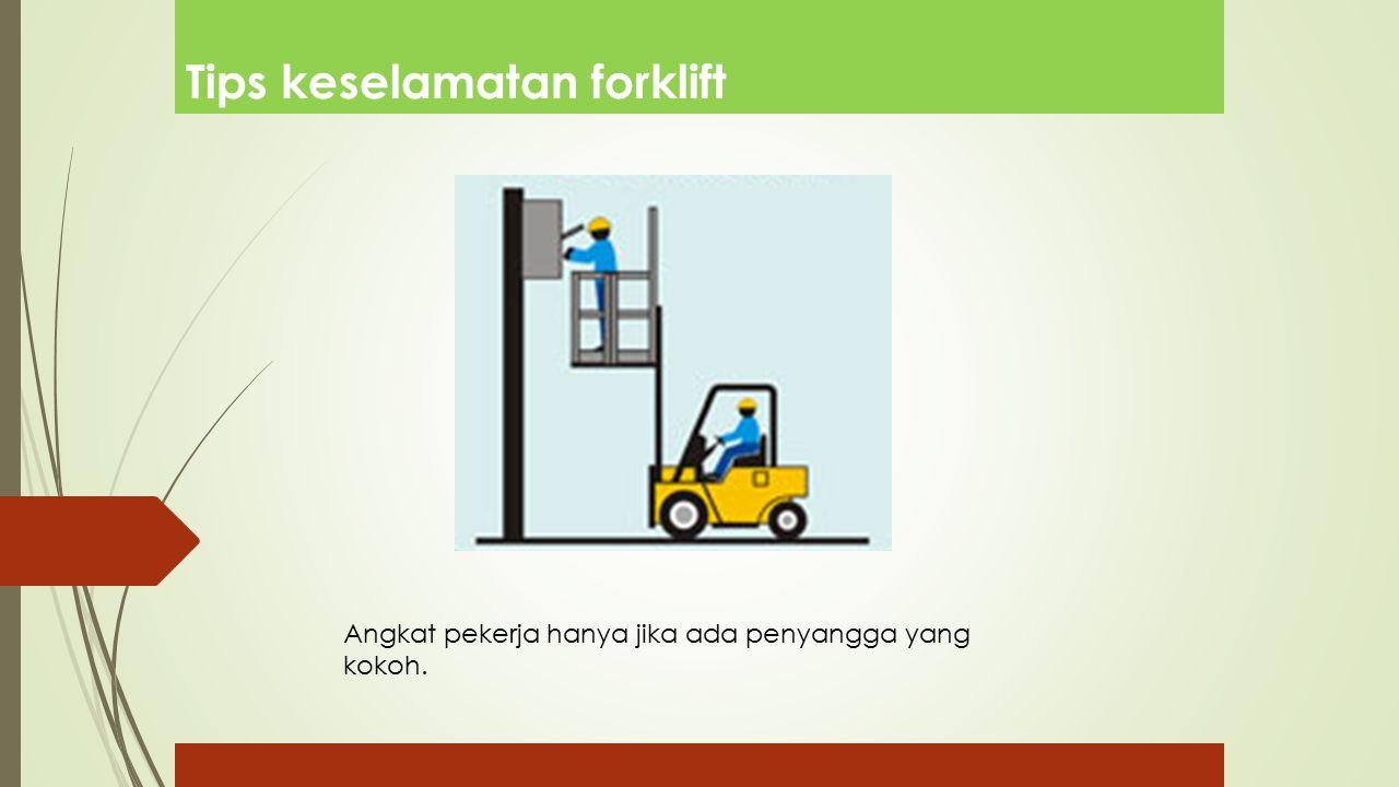 Tips keselamatan forklift Angkat pekerja hanya jika ada penyangga yang kokoh.