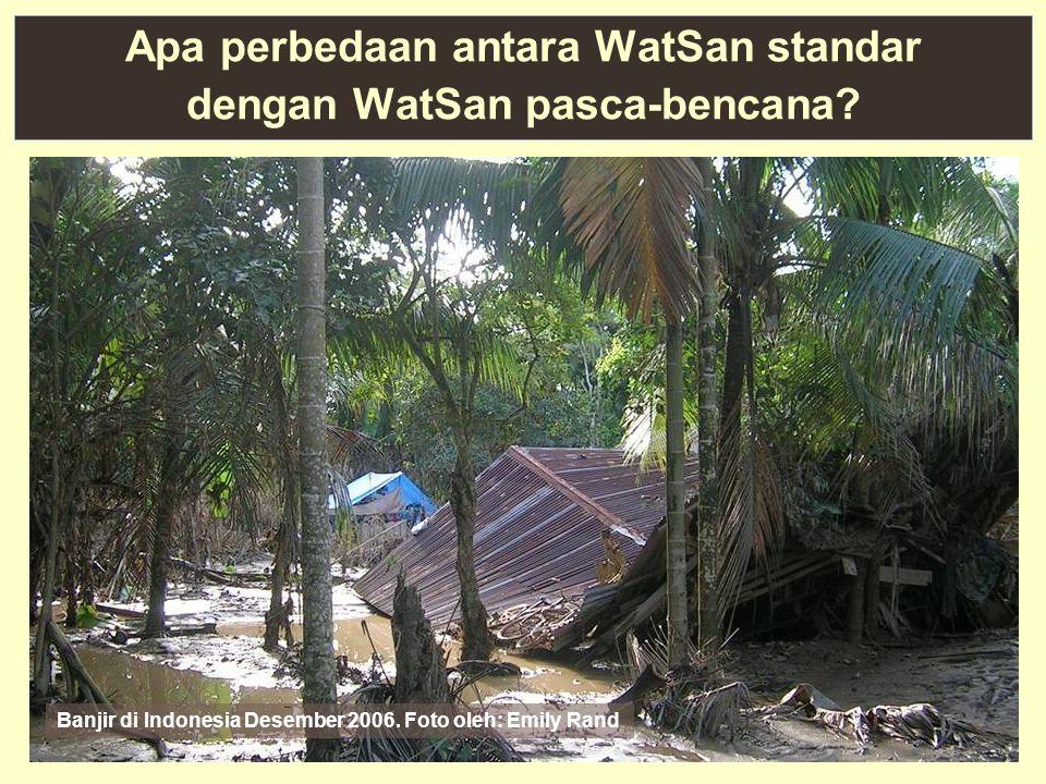 2 Apa perbedaan antara WatSan standar dengan WatSan pasca-bencana? Banjir di Indonesia Desember 2006. Foto oleh: Emily Rand