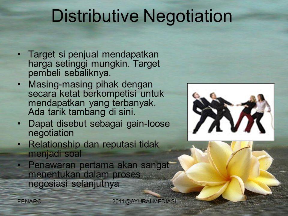 14 Distributive Negotiation •Target si penjual mendapatkan harga setinggi mungkin. Target pembeli sebaliknya. •Masing-masing pihak dengan secara ketat