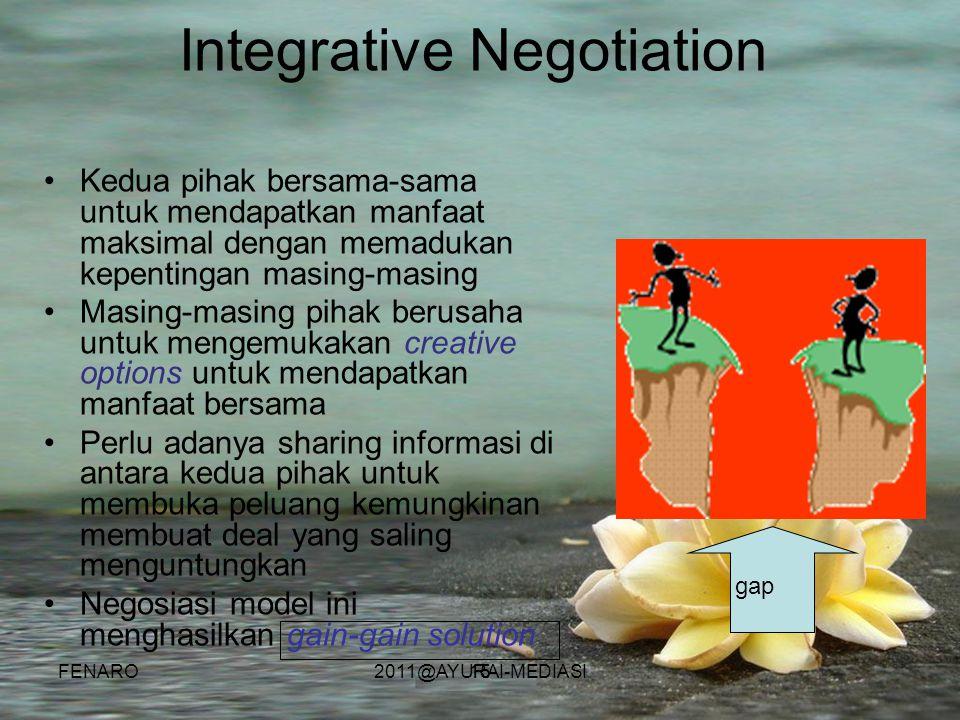 15 Integrative Negotiation •Kedua pihak bersama-sama untuk mendapatkan manfaat maksimal dengan memadukan kepentingan masing-masing •Masing-masing piha