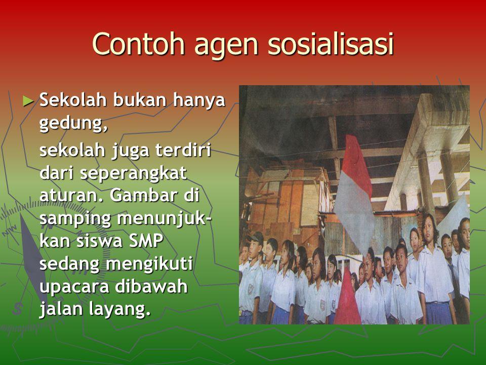 Contoh agen sosialisasi ► Sekolah bukan hanya gedung, sekolah juga terdiri dari seperangkat aturan. Gambar di samping menunjuk- kan siswa SMP sedang m