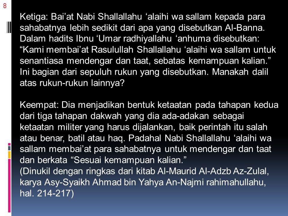 8 Ketiga: Bai'at Nabi Shallallahu 'alaihi wa sallam kepada para sahabatnya lebih sedikit dari apa yang disebutkan Al-Banna. Dalam hadits Ibnu 'Umar ra