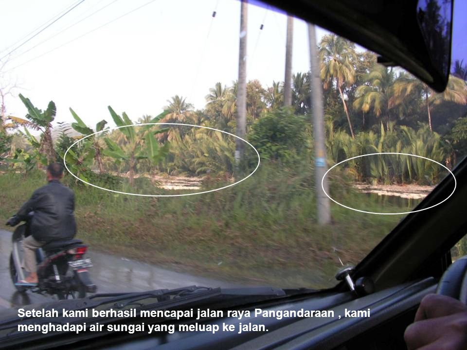 Setelah kami berhasil mencapai jalan raya Pangandaraan, kami menghadapi air sungai yang meluap ke jalan.