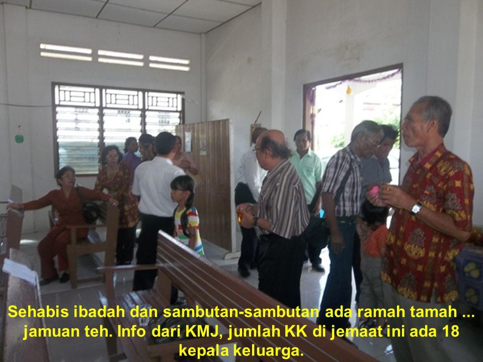 Sehabis ibadah dan sambutan-sambutan ada ramah tamah... jamuan teh. Info dari KMJ, jumlah KK di jemaat ini ada 18 kepala keluarga.