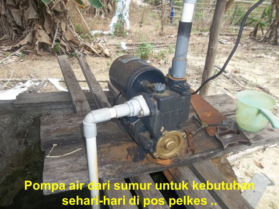 Pompa air dari sumur untuk kebutuhan sehari-hari di pos pelkes..