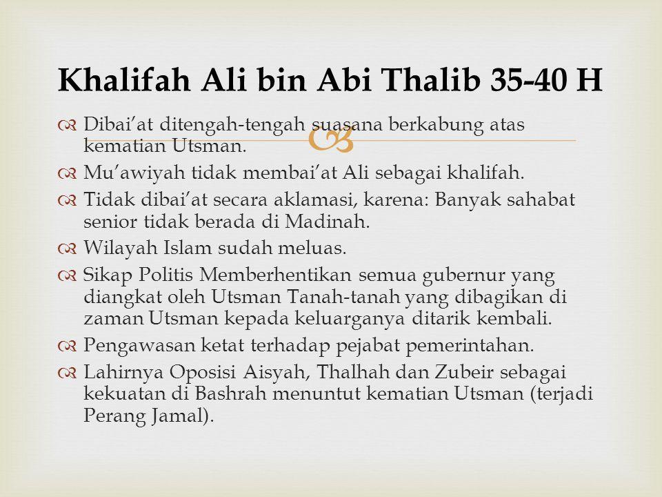   Dibai'at ditengah-tengah suasana berkabung atas kematian Utsman.  Mu'awiyah tidak membai'at Ali sebagai khalifah.  Tidak dibai'at secara aklamas