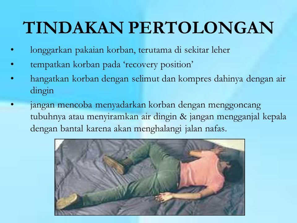 FRAKTUR / PATAH TULANG •gangguan kontinuitas dari jaringan tulang dan tulang rawan •Tanda & gejala fraktur : 1.rasa sakit / nyeri pada tempat fraktur 2.bengkak 3.deformitas : pemendekan, angulasi ( membentuk sudut), rotasi ( terpelintir) 4.gangguan fungsi ( gerakan menambah rasa sakit) 5.krepitasi : suara yang timbul akibat gesekan antara kedua ujung tulang yang patah