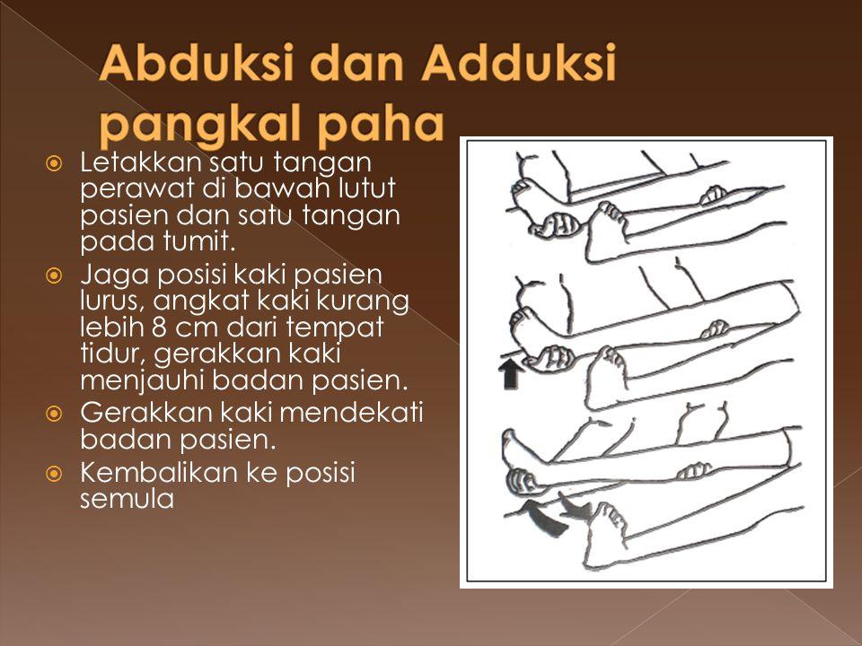  Letakkan satu tangan perawat di bawah lutut pasien dan satu tangan pada tumit.