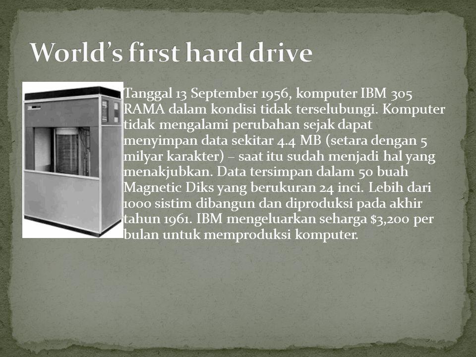 Tanggal 13 September 1956, komputer IBM 305 RAMA dalam kondisi tidak terselubungi. Komputer tidak mengalami perubahan sejak dapat menyimpan data sekit