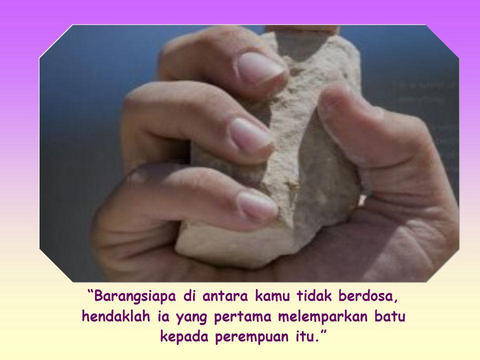 Namun Yesus membungkuk dan menulis dengan jariNya di tanah dengan tenang, lalu bangkit berdiri dan berkata: