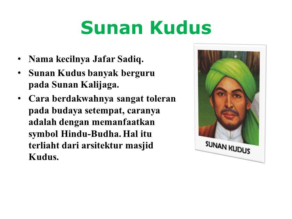 Sunan Kudus • Nama kecilnya Jafar Sadiq. • Sunan Kudus banyak berguru pada Sunan Kalijaga. • Cara berdakwahnya sangat toleran pada budaya setempat, ca