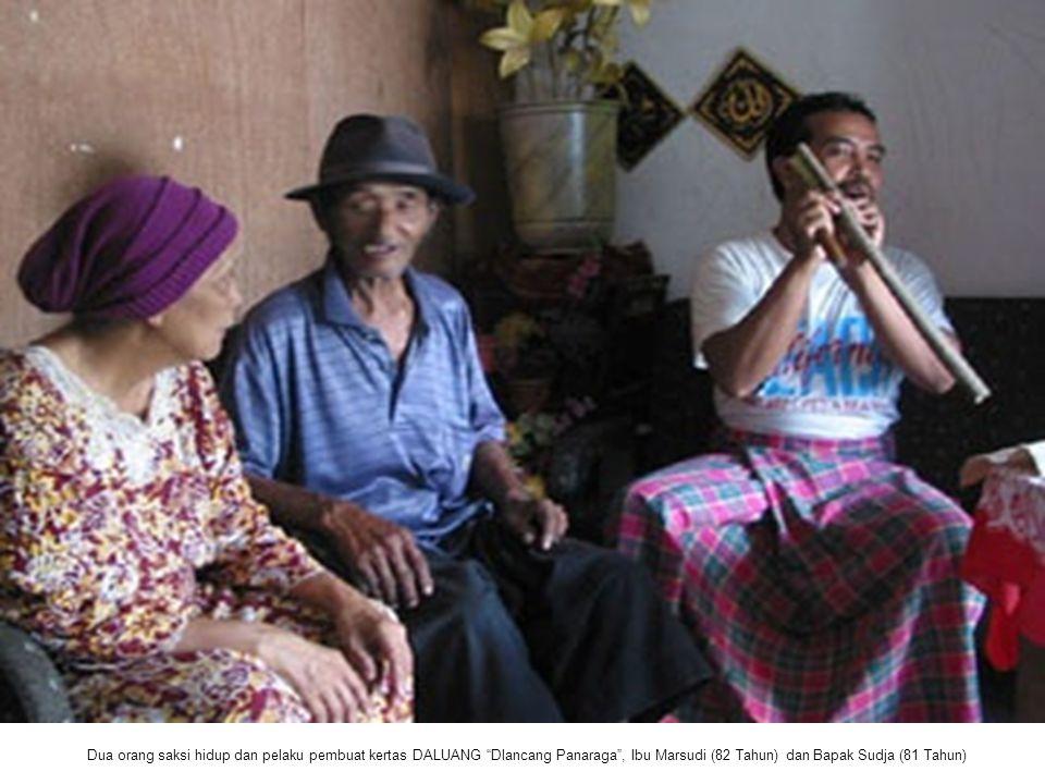 """Dua orang saksi hidup dan pelaku pembuat kertas DALUANG """"Dlancang Panaraga"""", Ibu Marsudi (82 Tahun) dan Bapak Sudja (81 Tahun)"""