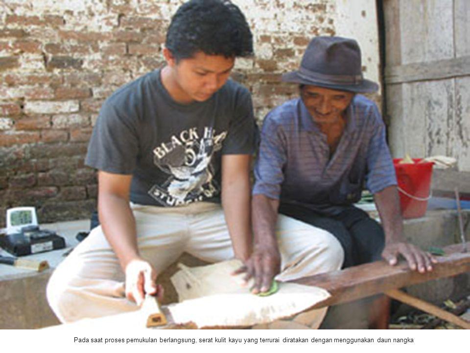 Pada saat proses pemukulan berlangsung, serat kulit kayu yang terrurai diratakan dengan menggunakan daun nangka