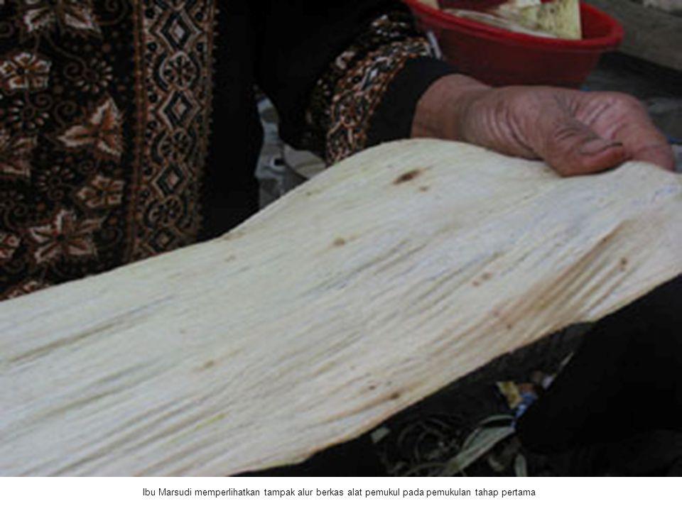 Ibu Marsudi memperlihatkan tampak alur berkas alat pemukul pada pemukulan tahap pertama