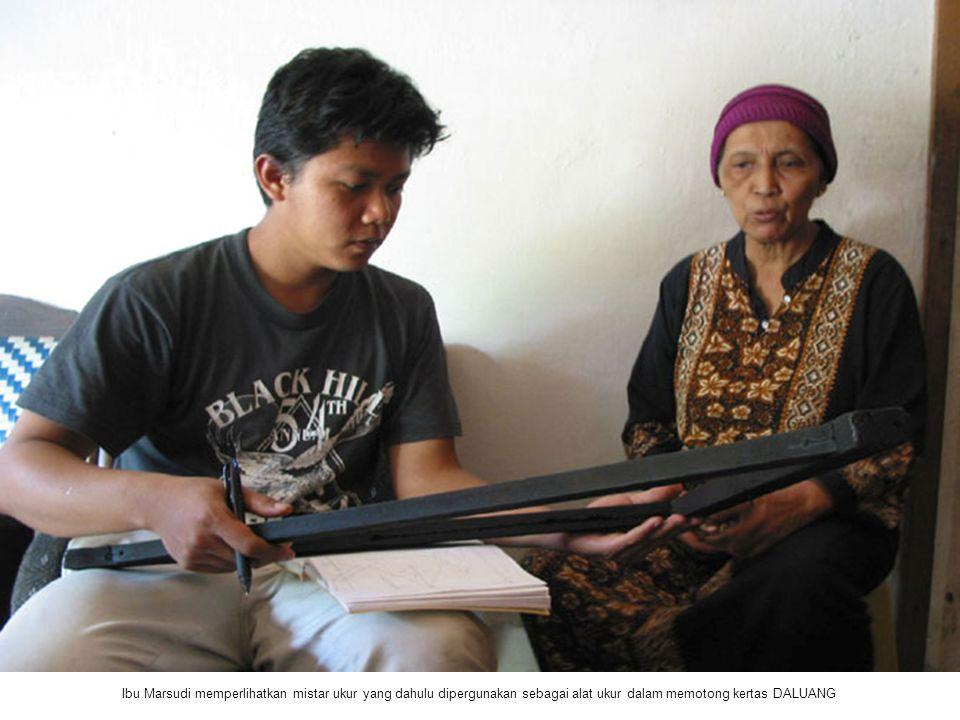Ibu Marsudi memperlihatkan mistar ukur yang dahulu dipergunakan sebagai alat ukur dalam memotong kertas DALUANG