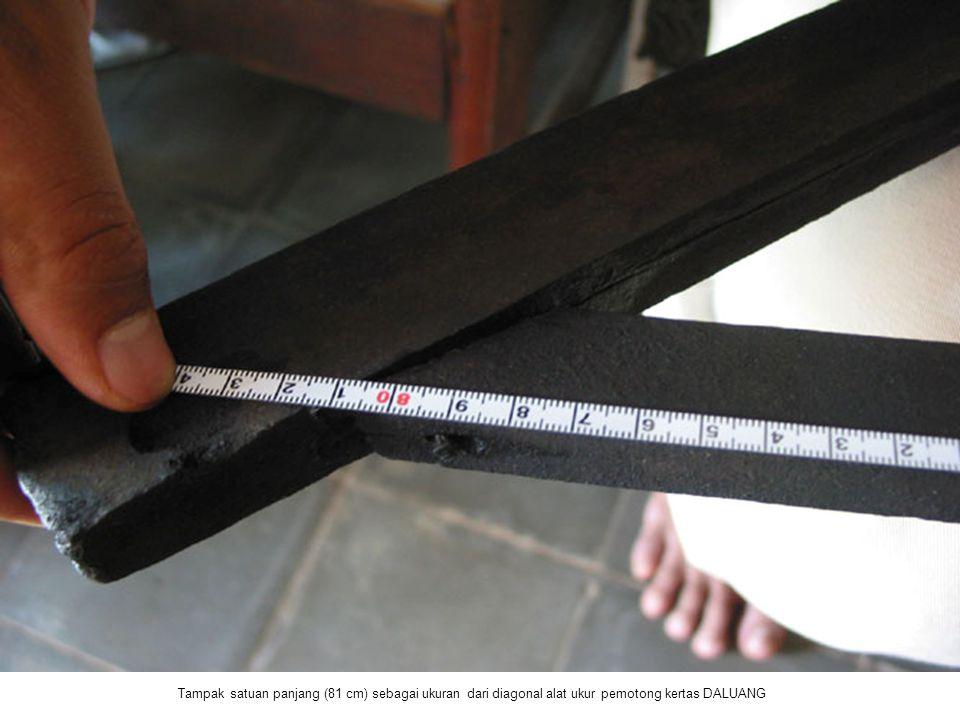 Tampak satuan panjang (81 cm) sebagai ukuran dari diagonal alat ukur pemotong kertas DALUANG