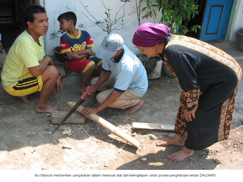 Ibu Marsudi memberikan pengarahan dalam membuat alat dan kelengkapan untuk proses penghalusan kertas DALUANG