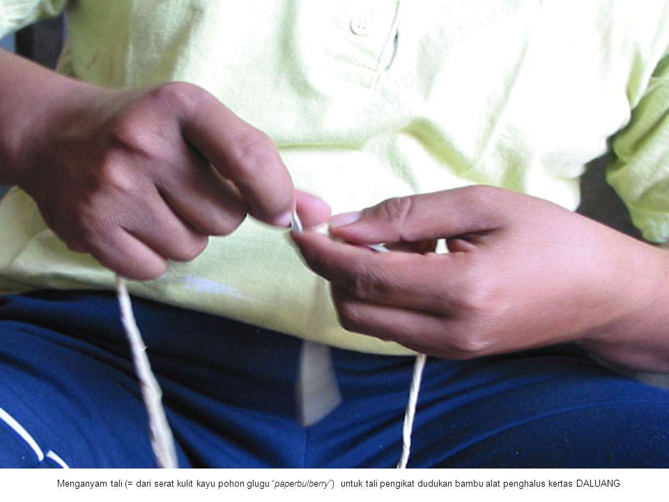 """Menganyam tali (= dari serat kulit kayu pohon glugu """"paperbulberry"""") untuk tali pengikat dudukan bambu alat penghalus kertas DALUANG"""