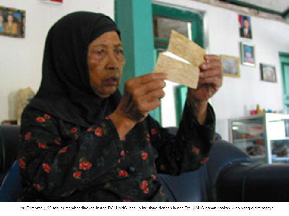 Ibu Purnomo (+90 tahun) membandingkan kertas DALUANG hasil reka ulang dengan kertas DALUANG bahan naskah kuno yang disimpannya