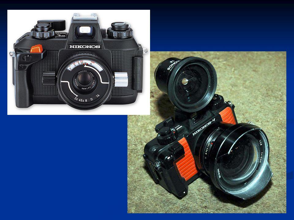 Mengisi film  Cabutlah engkol kombinasi penggulung film ke atas sampai punggung kamera terbuka secara otomatis.