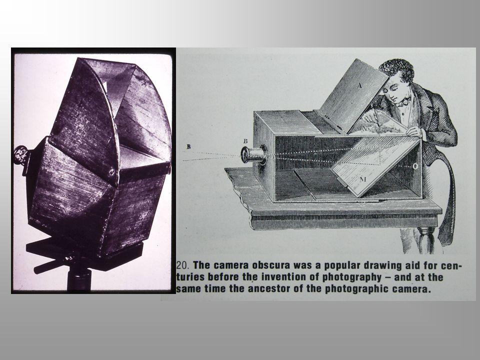 SEJARAH FOTOGRAFI Aristoteles ( 3 SM ) Dia filsuf Yunani yang mengamati bahwa bayangan yang menembus sebuah celah kecil ke dinding akan memunculkan ci