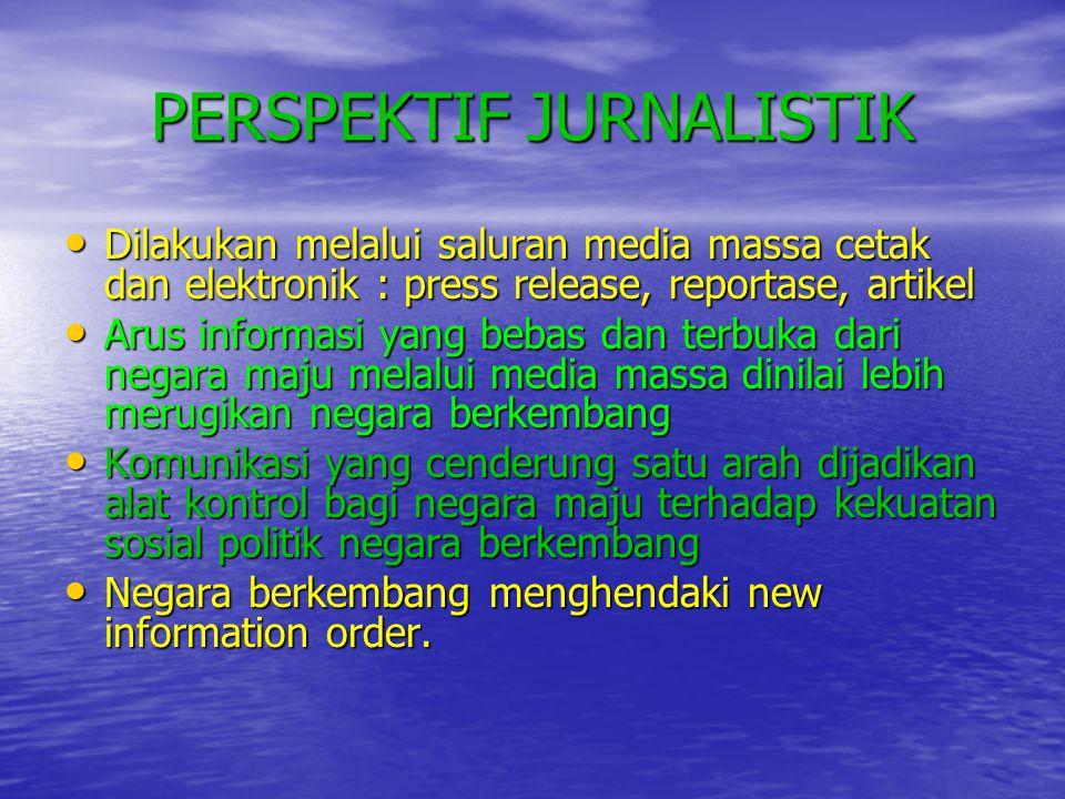 PERSPEKTIF JURNALISTIK • Dilakukan melalui saluran media massa cetak dan elektronik : press release, reportase, artikel • Arus informasi yang bebas da