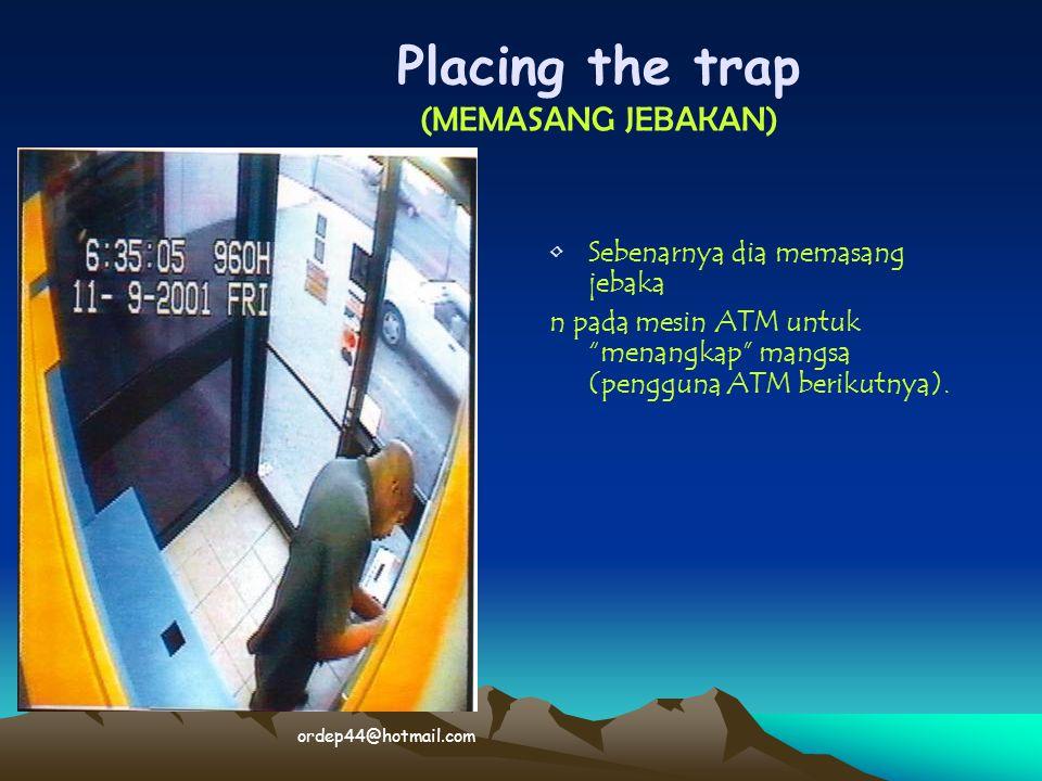 "• •Sebenarnya dia memasang jebaka n pada mesin ATM untuk ""menangkap"" mangsa (pengguna ATM berikutnya). Placing the trap (MEMASANG JEBAKAN) ordep44@hot"