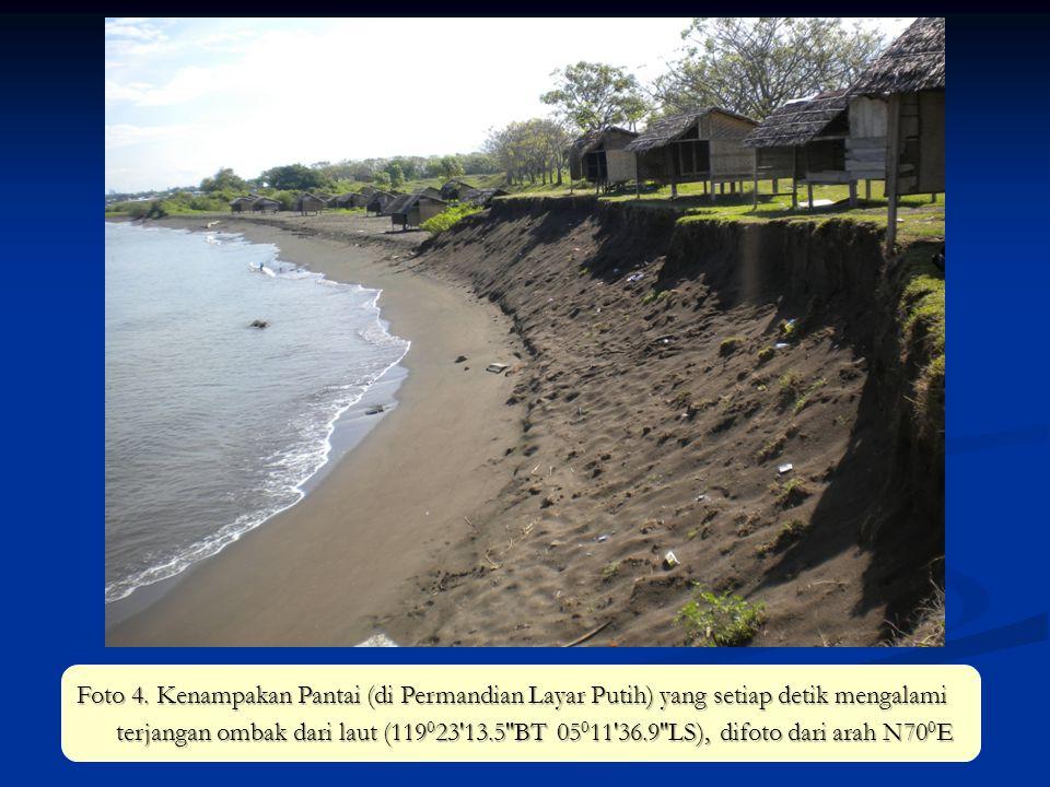 Foto 4. Kenampakan Pantai (di Permandian Layar Putih) yang setiap detik mengalami terjangan ombak dari laut (119 0 23'13.5''BT 05 0 11'36.9''LS), difo