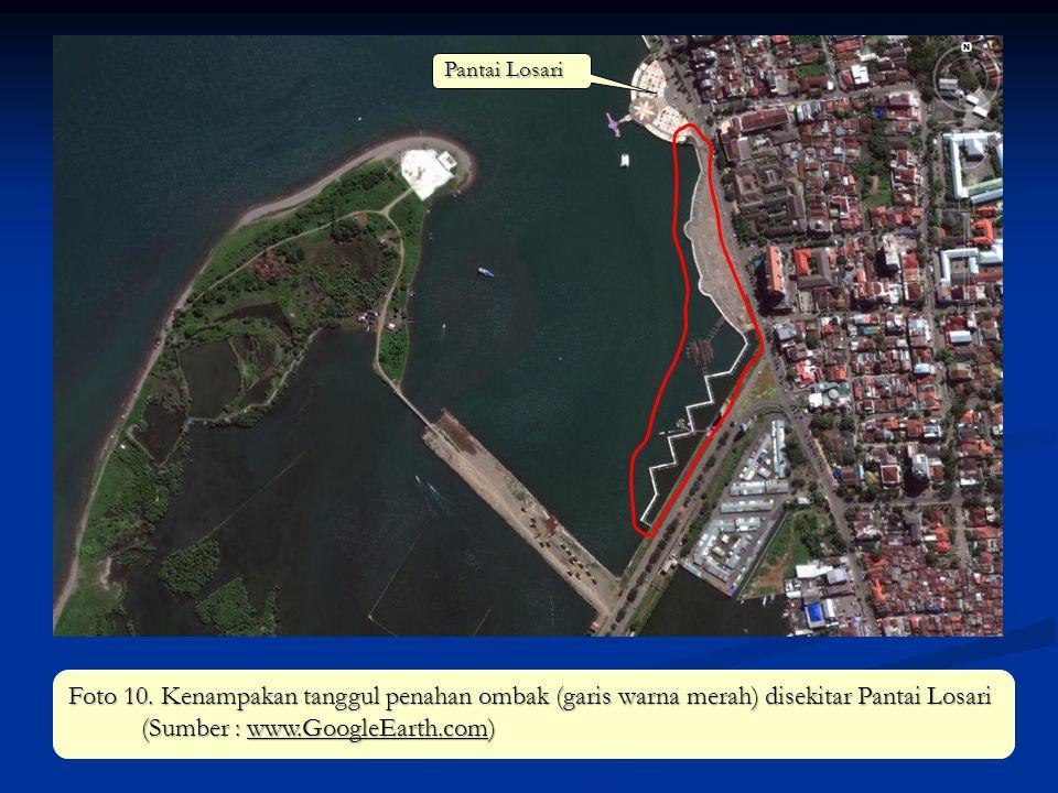 Foto 10. Kenampakan tanggul penahan ombak (garis warna merah) disekitar Pantai Losari (Sumber : www.GoogleEarth.com) Pantai Losari