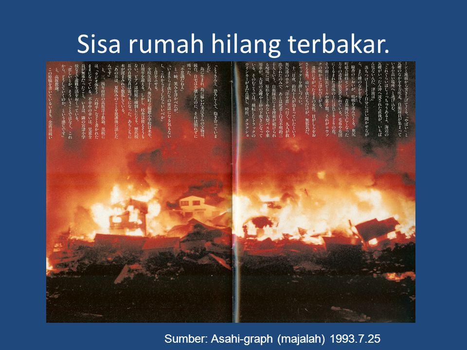 Sisa rumah hilang terbakar. Sumber: Asahi-graph (majalah) 1993.7.25
