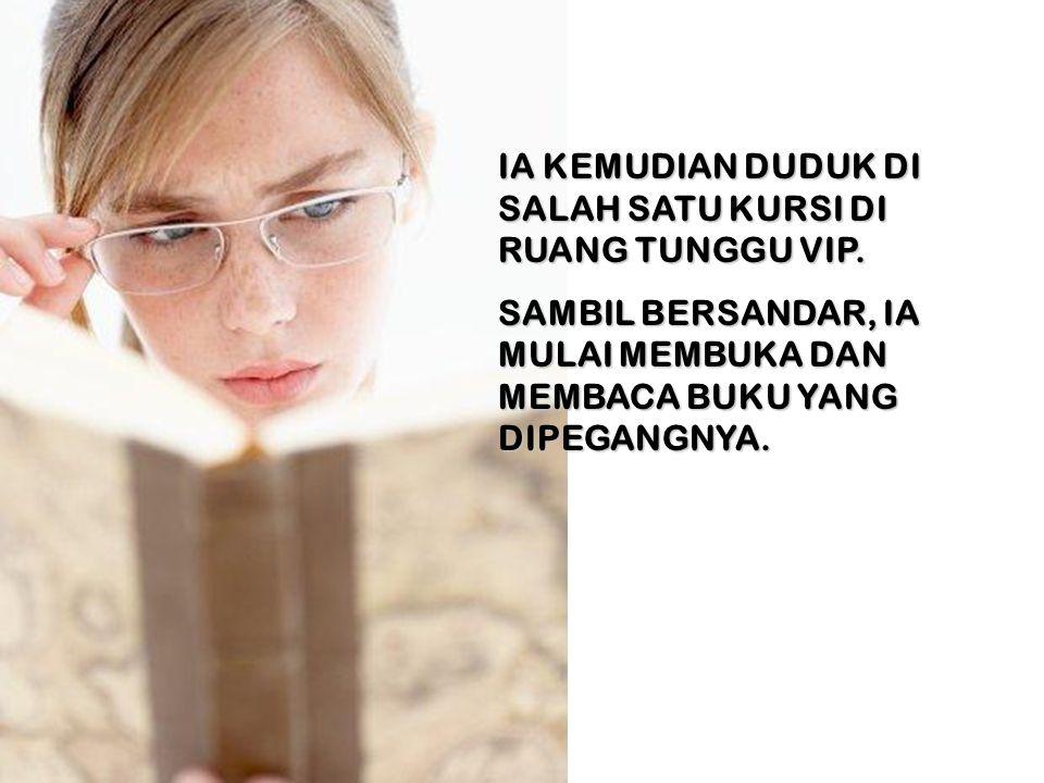IA KEMUDIAN DUDUK DI SALAH SATU KURSI DI RUANG TUNGGU VIP.